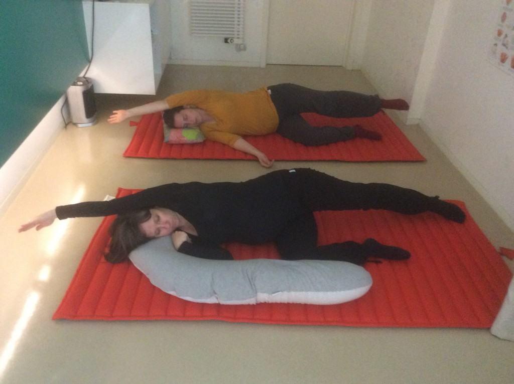 deux_femmes_enceintes_sol_position_yoga